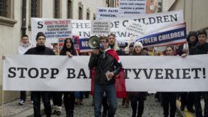 DEMONSTRASJON I PRAHA: Tsjekkiske myndigheter er i harnisk og folk demonstrerte i Prahas gater 16. januar i år. Norsk barnevern har tatt barna fra en tsjekkisk kvinne. Foto: CTK/Vit Simanek